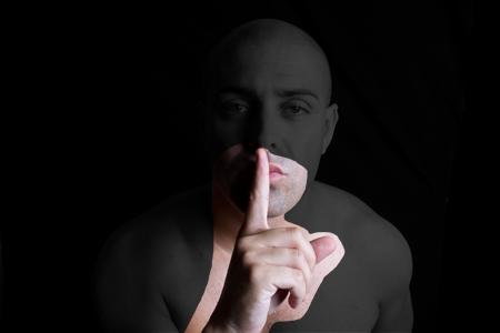 manos_dedo en boca
